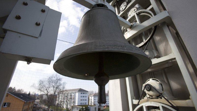 L'homme et sa famille, voisins de l'église, n'en pouvaient plus d'être réveillé par les cloches de l'édifice religieux.