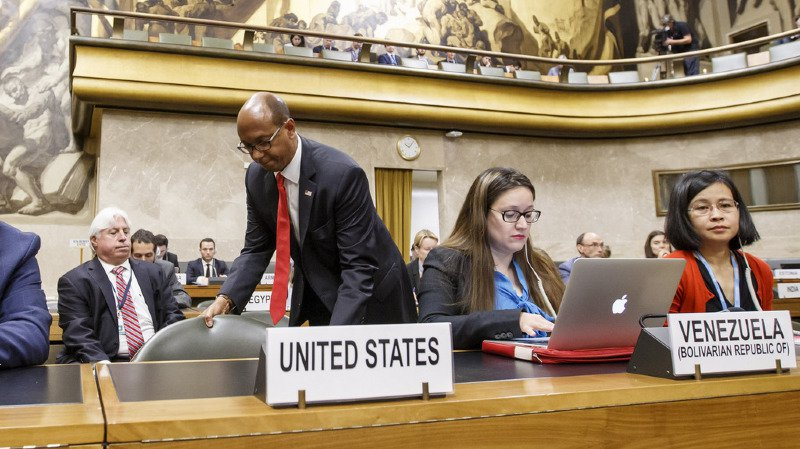 L'ambassadeur des Etats-Unis Robert Wood a quitté son siège pour protester contre la présidence syrienne à la Conférence du désarmement, au siège européen des Nations Unies.