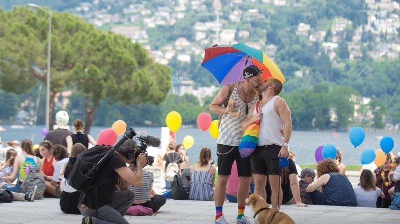 La manifestation promeut la tolérance envers les personnes LGBT.