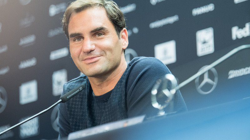 Roger Federer s'exprime en conférence de presse à Stuttgart deux jours avant le début du tournoi de l'ATP