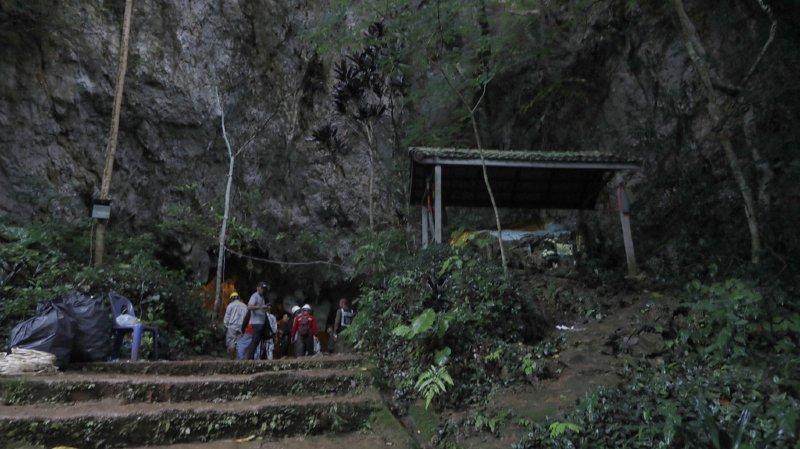 Thaïlande: douze adolescents et leur entraîneur de football bloqués dans une grotte inondée