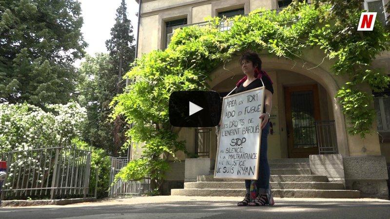Valais: une maman manifeste devant l'APEA de Sion pour faire bouger sa situation
