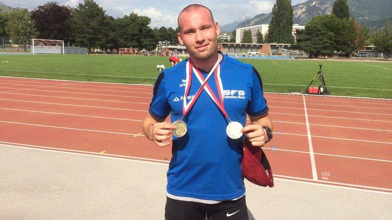 Kevin di Nocera pose avec ses médailles obtenues sur 100 m et 200 m.