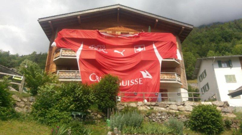 Le maillot de l'équipe nationale orne tout un immeuble à Salvan.