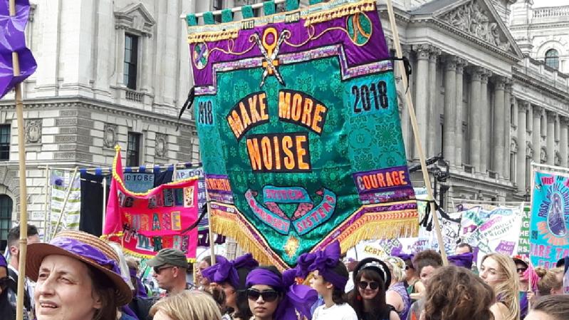 Les participantes se sont parées de vert, blanc ou violet, les couleurs des suffragettes, portant parfois des vêtements inspirés de la mode du début du XXe siècle.
