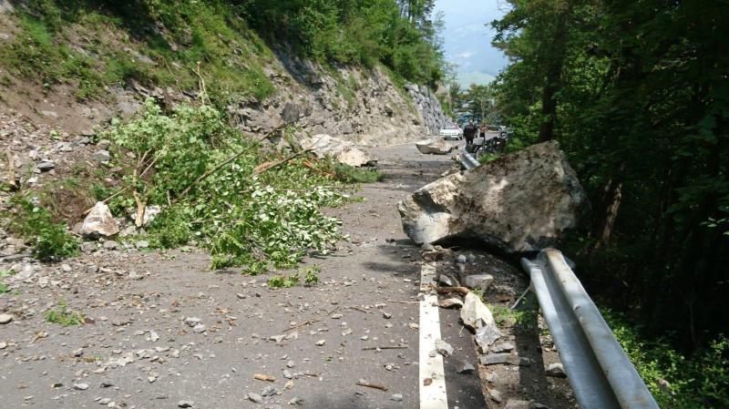 Vendredi après-midi, des blocs de pierre sont tombés sur la route entre Saint-Maurice et Mex, juste après la glissière recouverte.