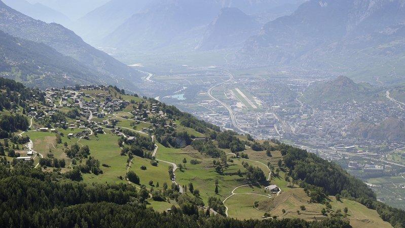 Nax lorgne sur Sion alors que Mase se tourne vers la vallée.