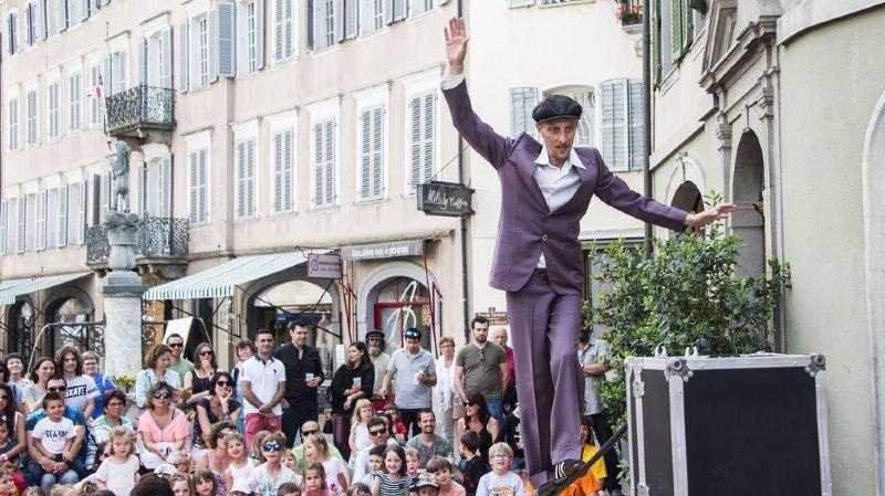 Le Festival d'Art de rue - ici, Tobia Circus et son spectacle Equilibrium Tremens - a commencé ce vendredi dans la vieille ville de Sion.