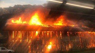 Evionnaz: gigantesque incendie près de la gare, fumée noire sur la plaine du Rhône