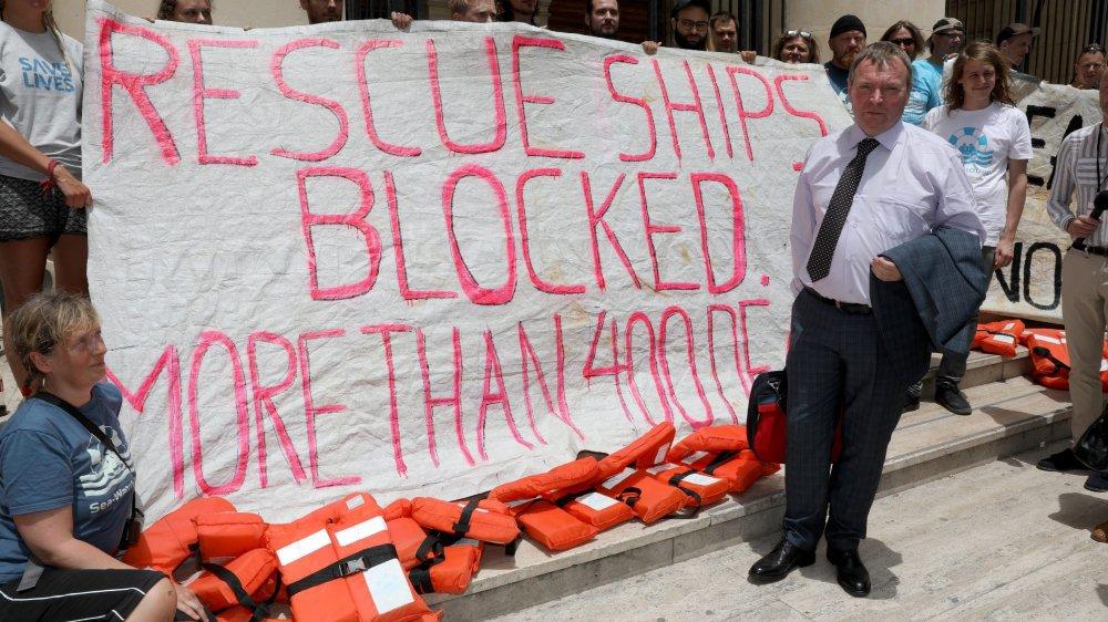 Navire humanitaire bloqué