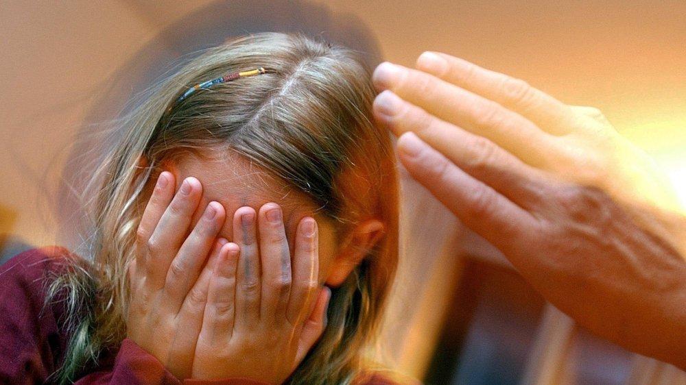 Certains conflits parents-enfants se terminent parfois sur une paire de gifles. L'élue Géraldine Marchand-Balet veut que cela cesse.