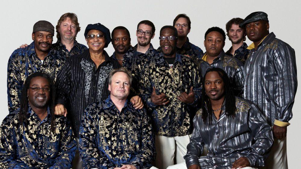 Al McKay (en haut, troisième depuis la gauche) et les membres du Earth, Wind & Fire Experience. Un groupe qui ne lésine ni sur les paillettes, ni sur le groove.