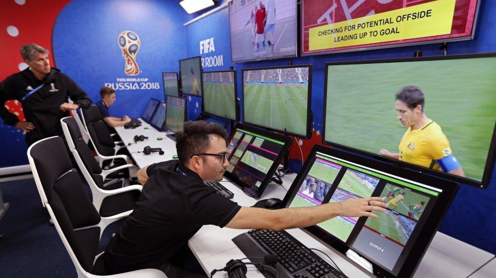 Les arbitres vidéo sont basés à Moscou. Ils interviennent sur demande de l'arbitre ou peuvent, eux aussi, signaler une action suspecte à l'arbitre principal.