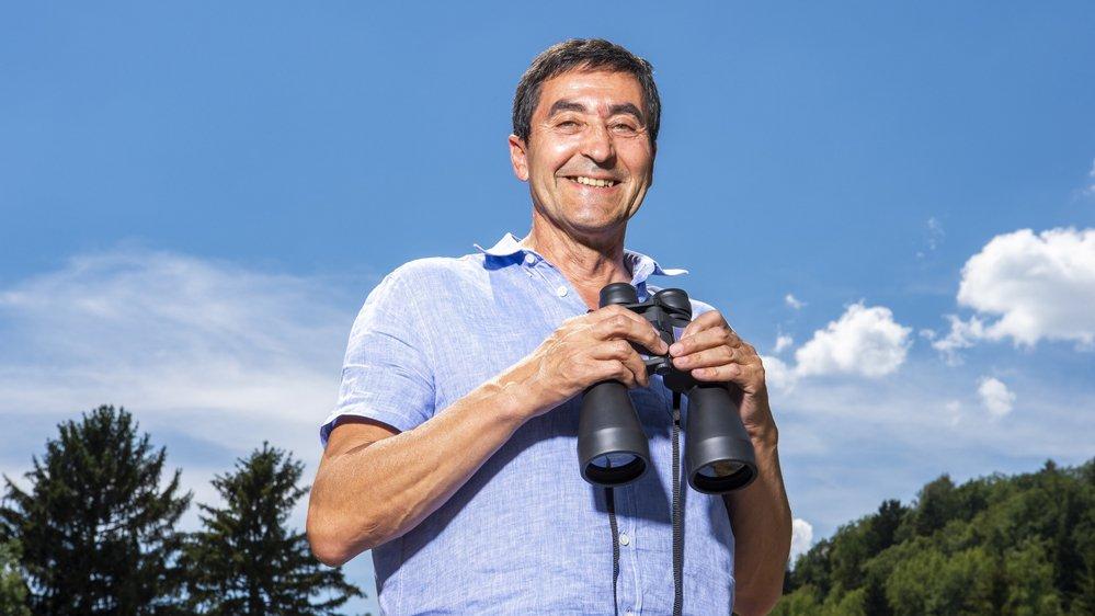 Marco Aymon, président de la commune d'Ayent, scrute le ciel à la recherche du gypaète.