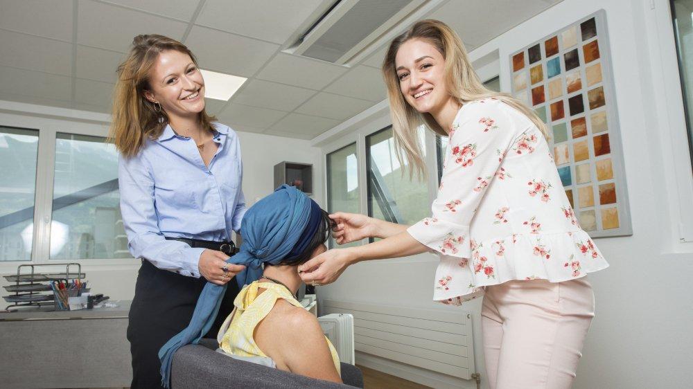 Juliane Andenmatten et Pauline Roduit essaient une «Franjyne» (un foulard avec une frange) à l'une de leur cliente.