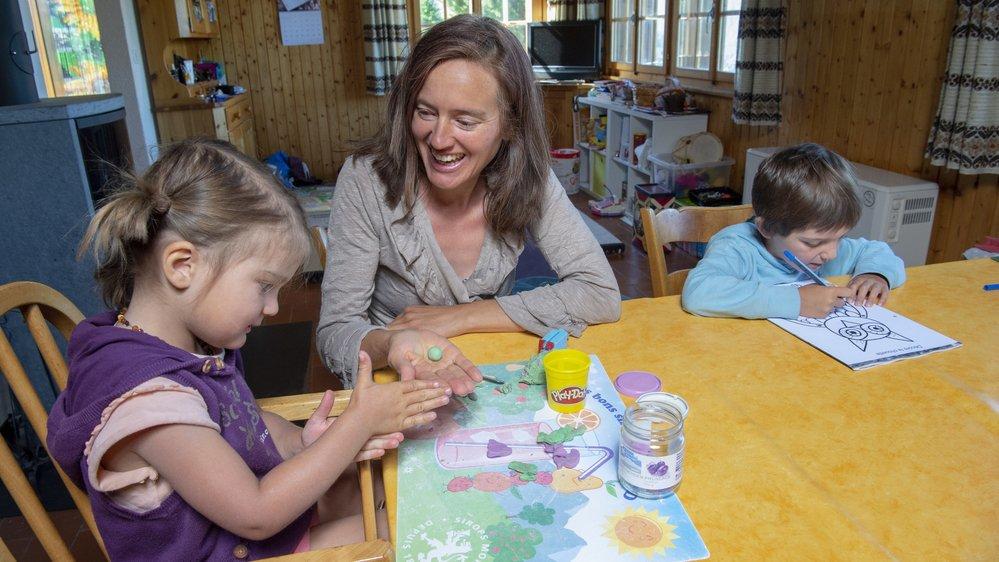 Carole Bagnoud, présidente de l'Association valaisanne de l'instruction en famille, ici avec sa fille Naila (3 ans) et son fils Elouan (5 ans et demi) sait de quoi elle parle. Elle donne l'école à la maison à son aîné .