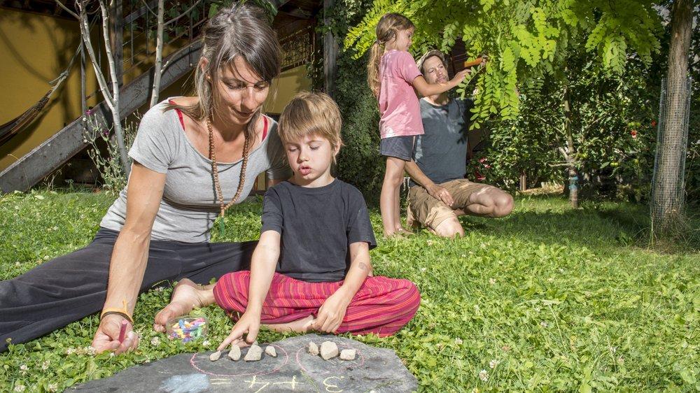Clémance Bruchez  et Robert Chamorel donneront l'école à leurs enfants dès la rentrée. Le plus possible dans la nature.
