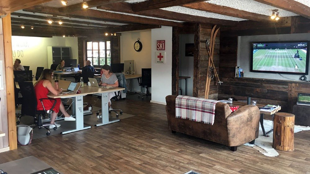 A Verbier, l'espace de coworking Mountain Hub propose 18 places de travail aux nomades numériques et aux locaux depuis 2016