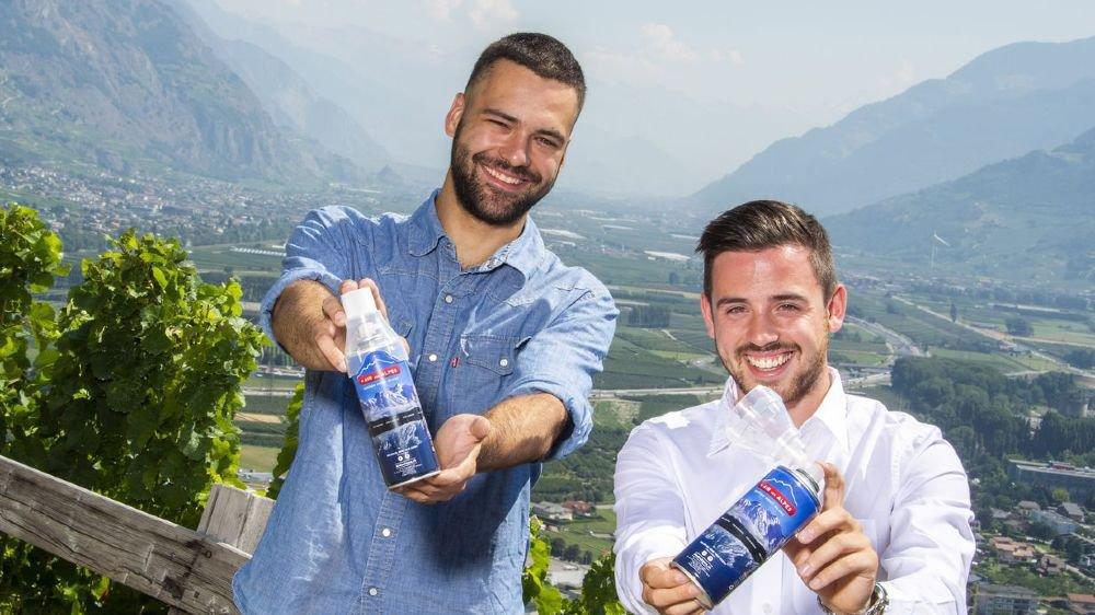 Cyrill May et Florent Buser, les deux Valaisans qui ont mis l'air des Alpes en bouteille pour mieux le vendre aux touristes, asiatiques notamment.