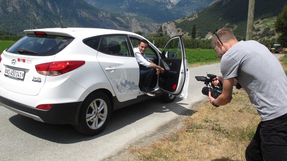 Lors du tournage, l'animateur Jonas Schneiter a testé la voiture à hydrogène de la station expérimentale de l'EPFL à Martigny.