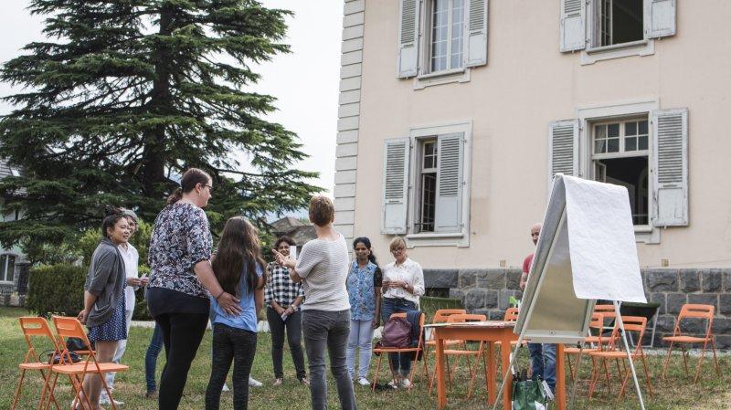 Monthey: des cours de français organisés dans les jardins de la Maison blanche