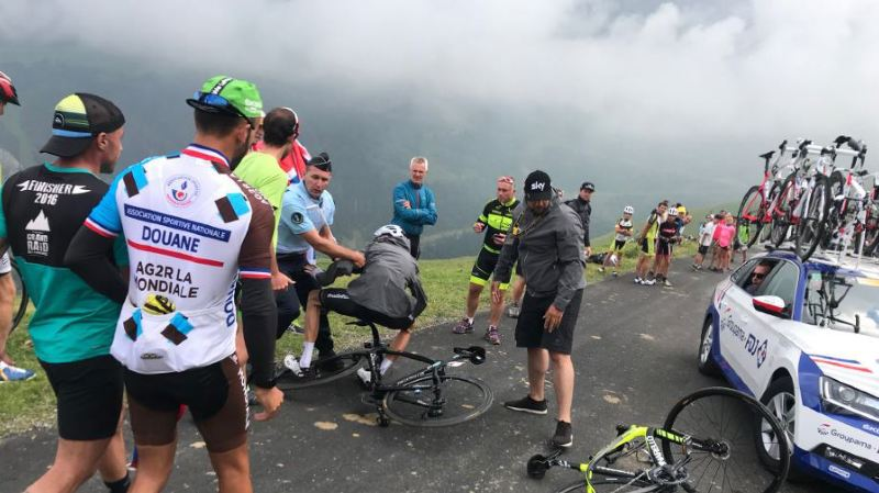 Cyclisme - Tour de France: Chris Froome pris pour un touriste et plaqué au sol par un gendarme