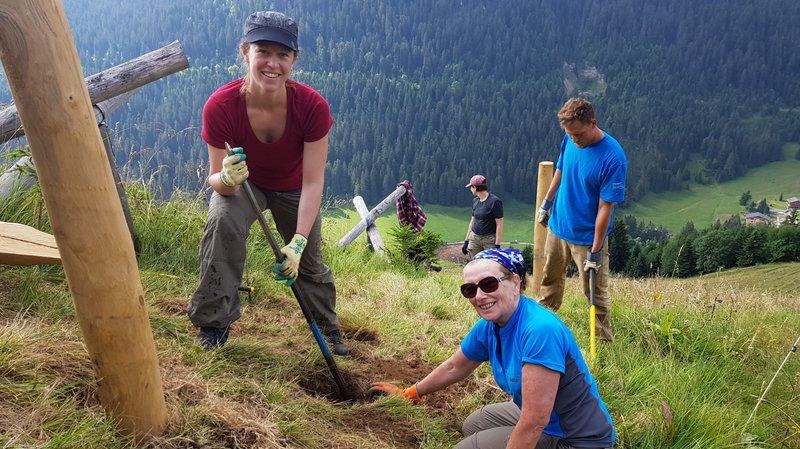 L'Anglaise Sandie (à droite) et la Suisse alémanique Sarah sont deux bénévoles de Bergwaldprojekt.