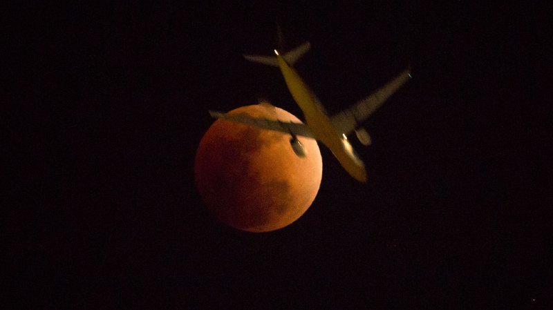 Notre satellite restera visible, mais il brillera d'une lueur rougeâtre, étant éclairé de manière diffuse par les rayons du soleil filtrés par l'atmosphère terrestre. C'est la Lune rousse.
