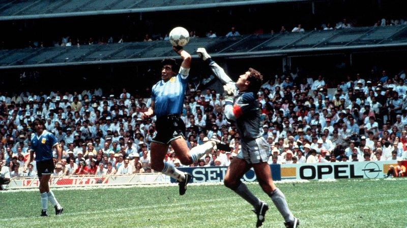 La main de Dieu de Diego Maradona fait partie des plus grands scandales de l'histoire de la Coupe du monde.