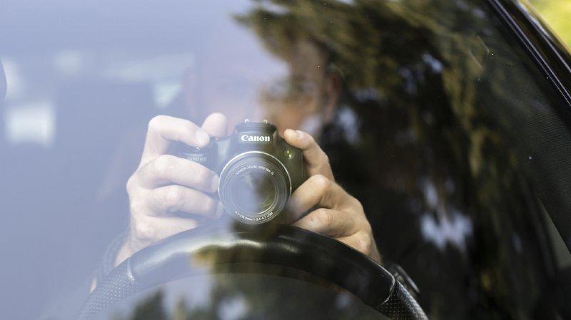 Outre les enregistrements visuels et sonores, le projet permet des techniques de localisation de l'assuré, comme les traceurs GPS fixés sur une voiture. (illustration)