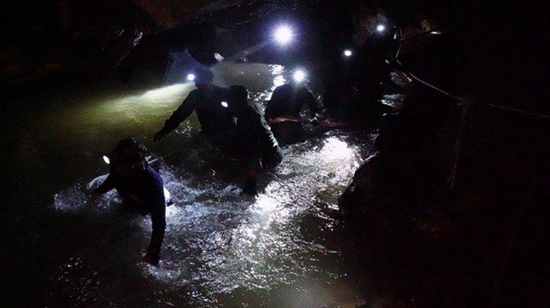 Plusieurs centaines de secouristes restaient mobilisés samedi, dont des soldats américains et des plongeurs britanniques.