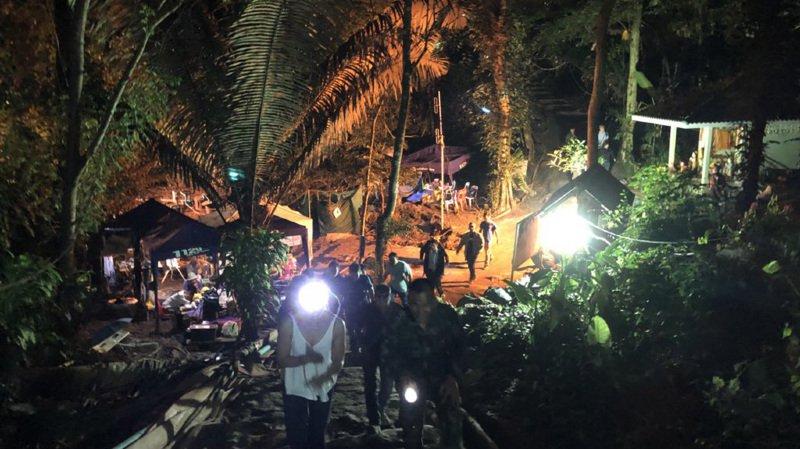 Thaïlande: les sauveteurs prêts à extraire les derniers jeunes bloqués dans la grotte inondée
