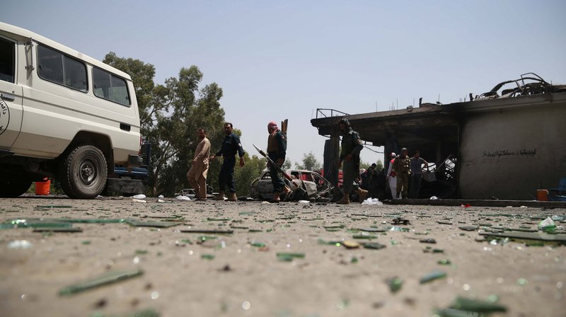 Cette attaque intervient le jour des examens d'entrée de quelque 16.000 étudiants à l'université de Jalalabad qui composent depuis le début de la matinée.