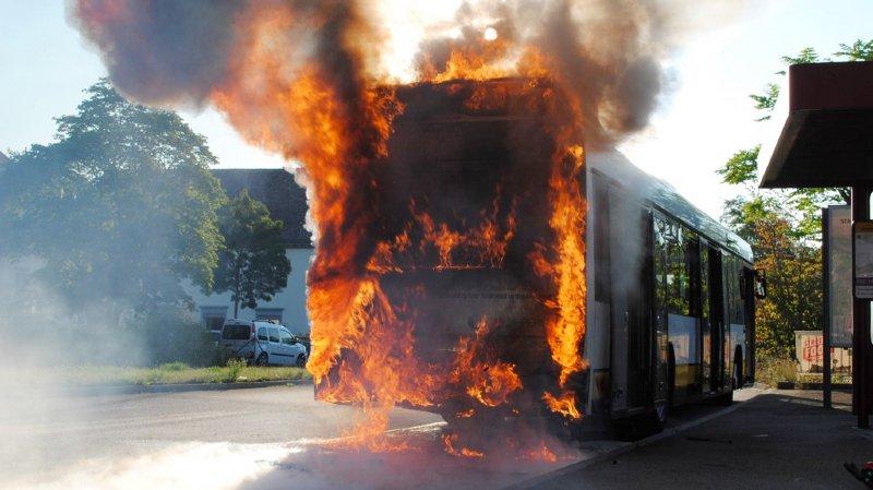 D'une longueur de 12 mètres, le bus alimenté au diesel circulait au centre de la ville, lorsque le chauffeur a constaté le déclenchement d'un témoin lumineux d'alerte, puis un léger dégagement de fumée à l'arrière du véhicule.