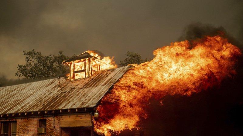 Etats-Unis: un incendie ravage le sud de la Californie et force 3000 personnes à fuir leur domicile