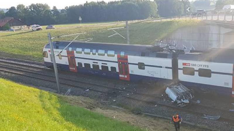 Saint-Gall: une conductrice tombe d'un pont sur les rails, un train la percute