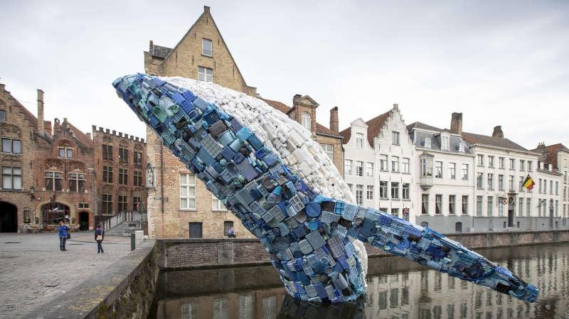 Belgique: une baleine en plastique réalisée avec 5 tonnes de déchets venus des océans