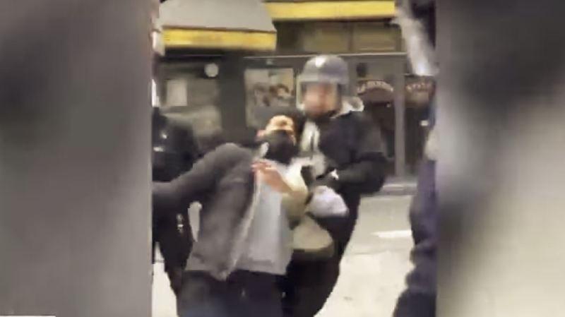 France: un collaborateur proche de Macron filmé en train de frapper des manifestants