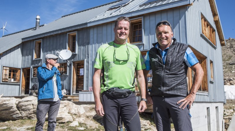 Patrice Gaspoz et Gérard Morand, ancien et actuel président de l'association de la cabane, ont été à l'origine du projet. Aujourd'hui, le refuge comptabilise environ 2000 nuitées annuelles.