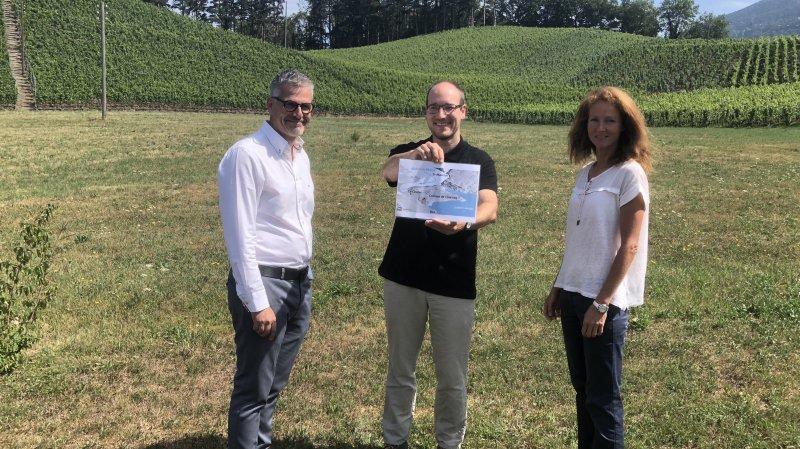 Philippe Benoit (président de l'OT de Bex) et Marlène Pivron (collaboratrice à l'OT de Bex) entourent Simon Martin (bureau Relief à Aigle) en charge du côté didactique des caches.