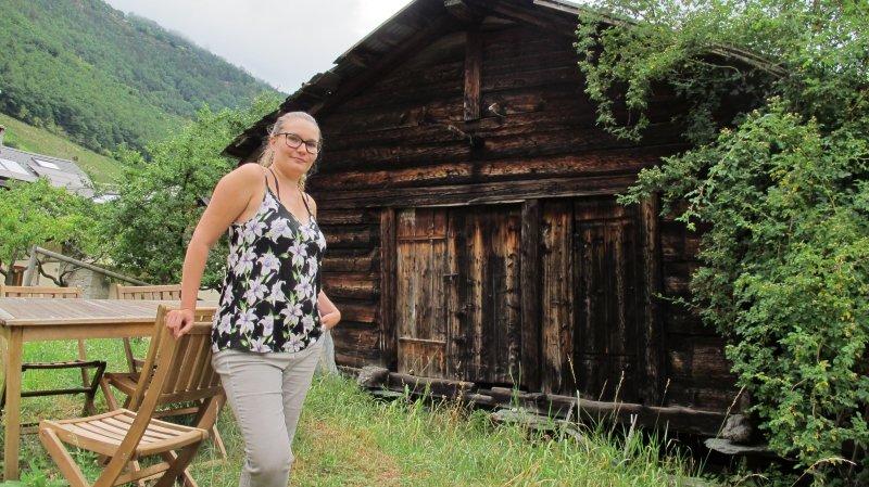 Jessica Rebord devant sa grange à Martigny-Combe qui servira de projet pilote pour son label ProNova.