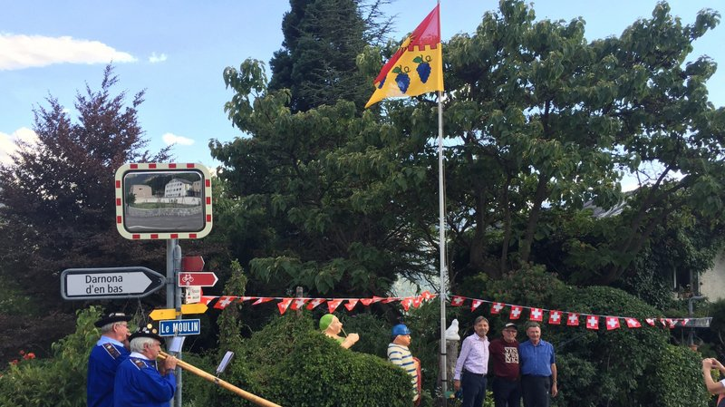 Une levée du drapeau au son des cors des Alpes pour la future commune de Noble-Contrée