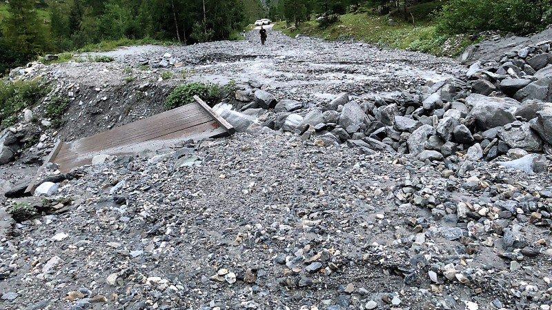 Le pont s'est retrouvé dans le lit du torrent, alors que la route a été recouverte par plusieurs centaines de m3 de boue et de pierres.