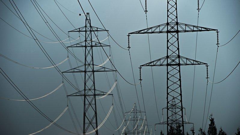 Des pylônes sur le coteau. Un tracé qui ne trouve toujours pas grâce aux yeux des opposants histroiques et actuels.