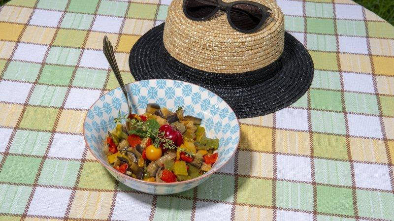 La cardamome noire confère un goût subtilement boisé et mentholé à cette salade de poivrons et aubergines fondants.