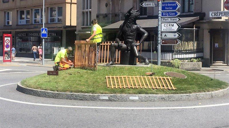 Suite aux débordement de lundi soir dernier, des palissades en bois ont été posées ce mercredi pour protéger le Minotaure sur le giratoire de l'avenue de la Gare.