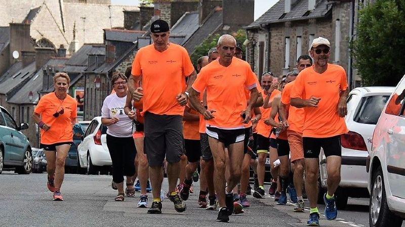 En tête du peloton au départ de la Bretagne, Claude Michellod, de Leytron, responsable de l'édition 2018, et Fernand Roduit, de Saillon, encadrent un coureur breton.