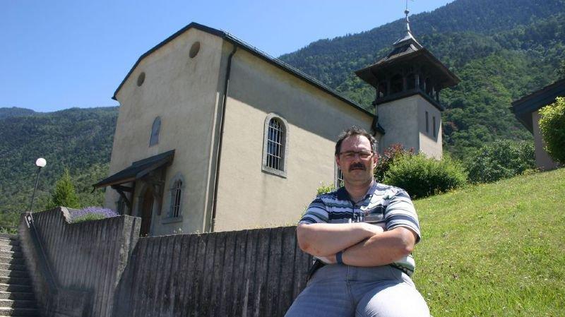 Pascal Biselx devant la chapelle du Guercet, une curiosité architecturale à découvrir.