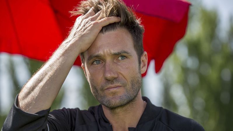 Raphaël Wicky se prend la tête sans pouvoir éviter un départ prématuré du banc de touche du FC Bâle.