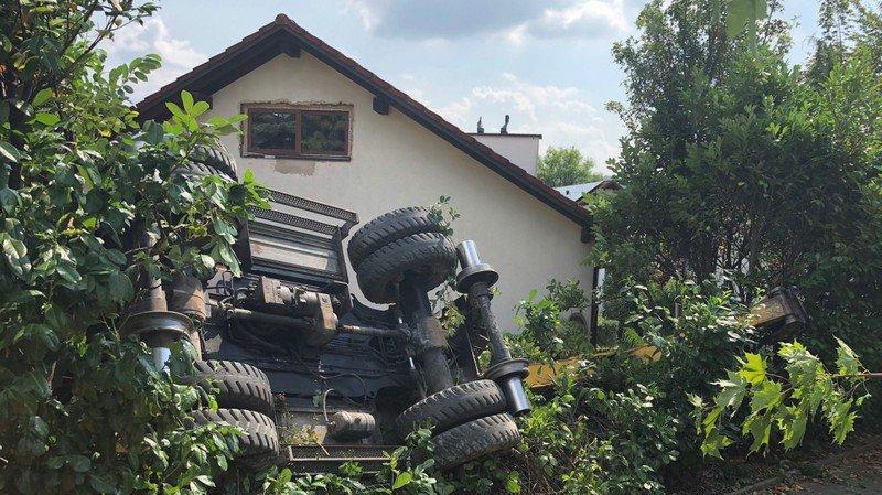 Argovie: une pelleteuse chute dans un talus et finit dans un jardin